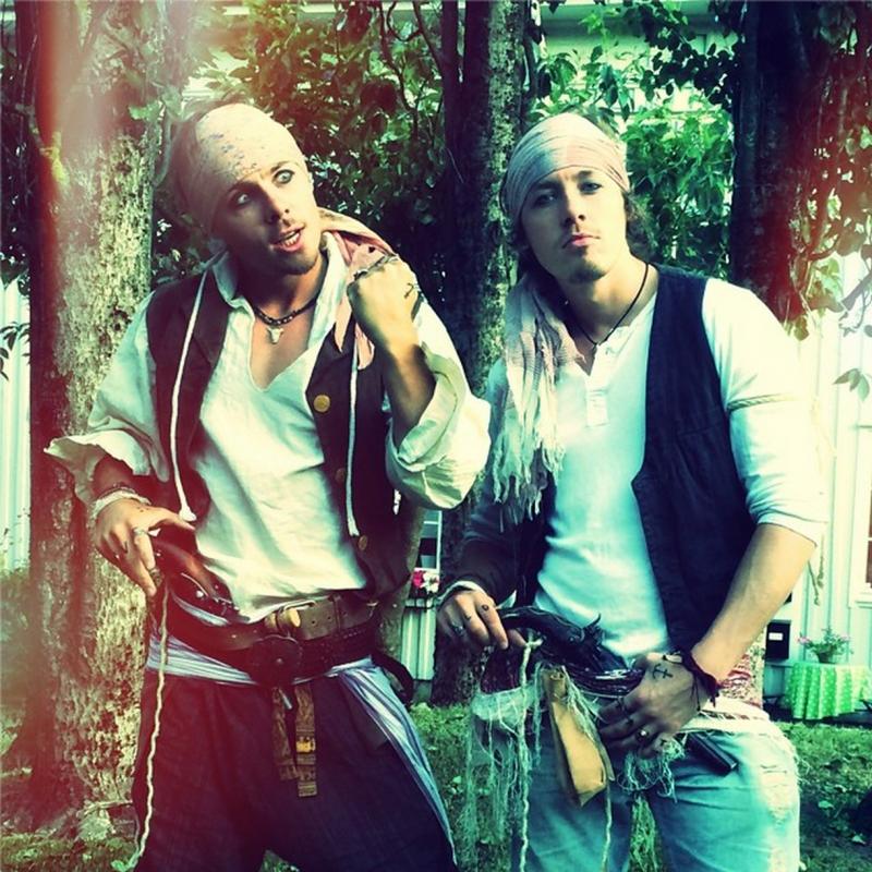 Sverre og Magnus utkledd som pirater