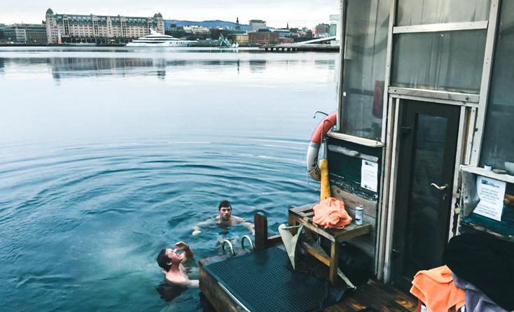 Wiigbrødrene bader i oslofjorden